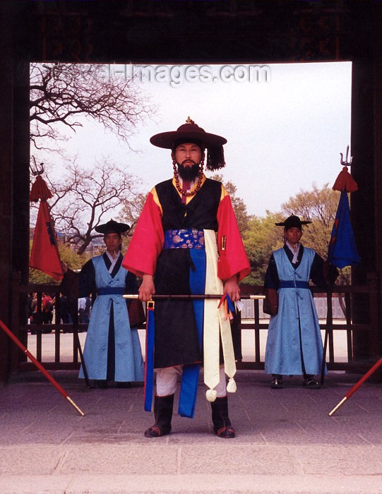koreas7: Asia - South Korea - Seoul: guarding Changdokkung palace - photo by M.Torres - (c) Travel-Images.com - Stock Photography agency - Image Bank