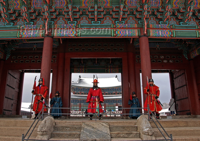 koreas71: Seoul, Korea: guards at Changdokkung palace in winter - photo by M.Powell - (c) Travel-Images.com - Stock Photography agency - Image Bank