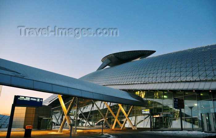 koreas82: Incheon, South Korea: Incheon International Airport - ICN - built on reclaimed land joining Yeongjong and Yongyu Islands - Transportation Center - architect Curtis W. Fentress - photo by M.Torres - (c) Travel-Images.com - Stock Photography agency - Image Bank