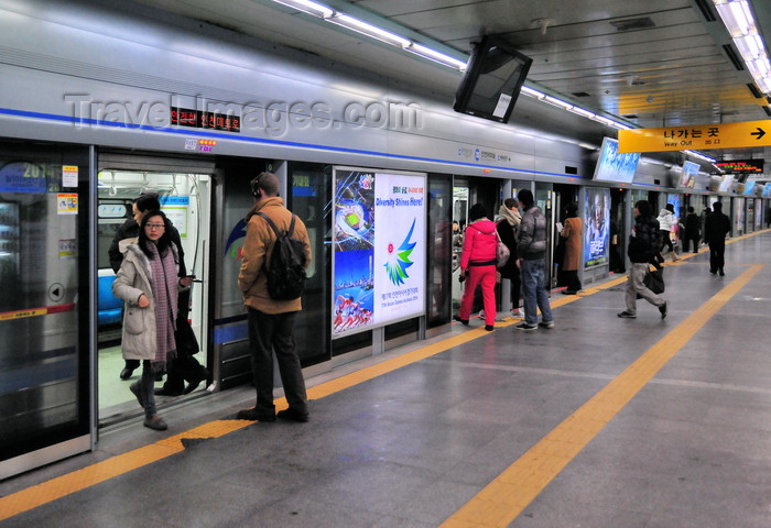 koreas87: Incheon, South Korea: passengers board a train of Incheon Subway line 1 - Incheon Bus Terminal Station - photo by M.Torres - (c) Travel-Images.com - Stock Photography agency - Image Bank