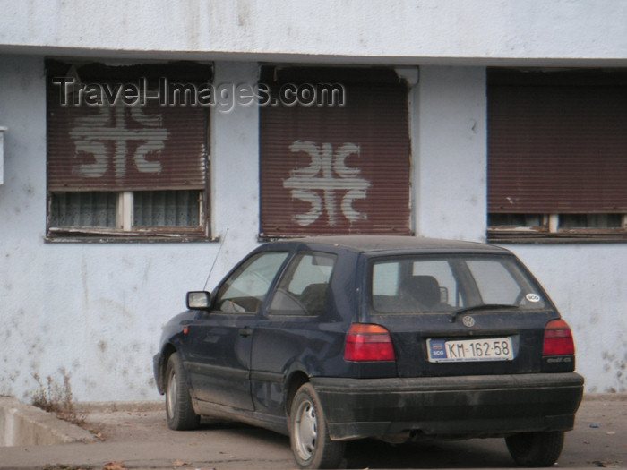 kosovo21: Kosovo - Kosovska Mitrovica: Serbian house and car registration - photo by A.Kilroy - (c) Travel-Images.com - Stock Photography agency - Image Bank