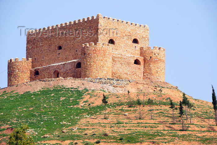 kurdistan88: Erbil / Hewler / Arbil / Irbil, Kurdistan, Iraq: Khanzad Castle, aka Banaman castle - hill top fortress on the road to Shaqlawa, built in the Soran Period, an early 16th century a Kurdish emirate - designed with a squat turret on each of its four corners around a main tower with sawtoothed battlements - photo by M.Torres - (c) Travel-Images.com - Stock Photography agency - Image Bank