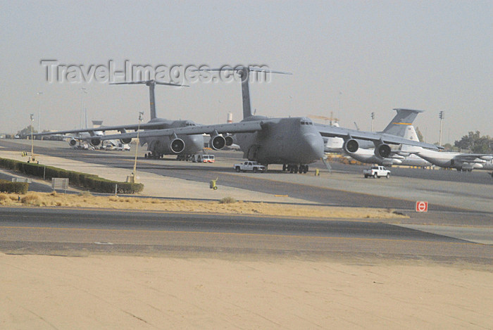 kuwait27: Kuwait city: airport - American Lockheed  C-5 Galaxy transport aircraft - photo by M.Torres - (c) Travel-Images.com - Stock Photography agency - the Global Image Bank