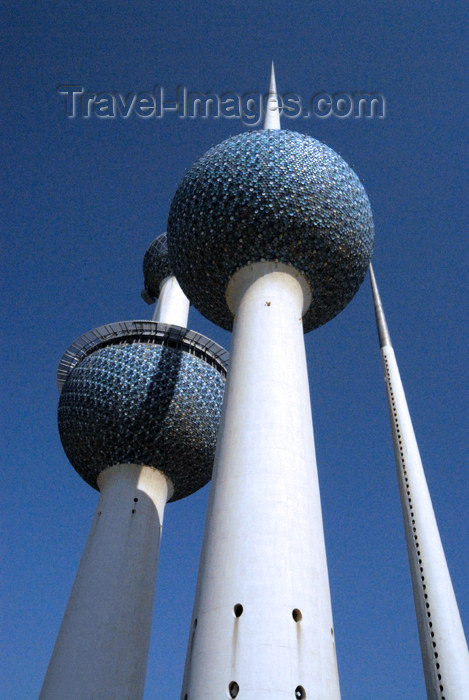 kuwait76: Kuwait city: Kuwait towers - from below - photo by M.Torres - (c) Travel-Images.com - Stock Photography agency - the Global Image Bank