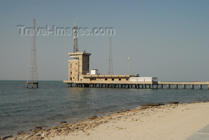 kuwait79: Kuwait city: pier with mock oil towers - Dasman district - photo by M.Torres - (c) Travel-Images.com - Stock Photography agency - the Global Image Bank