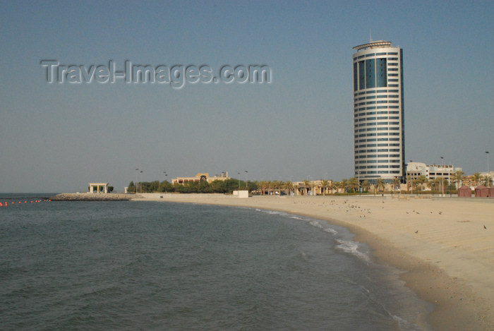 kuwait84: Kuwait city: beach and office tower - Dasman district - photo by M.Torres - (c) Travel-Images.com - Stock Photography agency - the Global Image Bank