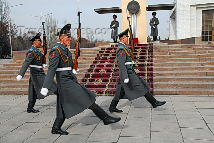 kyrgyzstan36: Bishkek, Kyrgyzstan: three Kyrgyz soldiers goose-steping - Official State Flagpole - change of the guard - Ala-Too square - Stechschritt - photo by M.Torres - (c) Travel-Images.com - Stock Photography agency - Image Bank