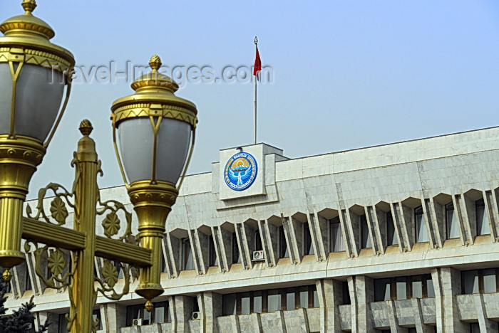 kyrgyzstan39: Bishkek, Kyrgyzstan: lamps and the House of the Government - the 'white house' - Coat of Arms of Kyrgyzstan - Chui avenue - photo by M.Torres - (c) Travel-Images.com - Stock Photography agency - Image Bank