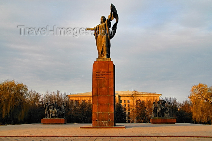 kyrgyzstan58: Bishkek, Kyrgyzstan: Monument to the Martyrs of Revolution - statue of Urkuya Salieva, by Turgunbai Sadykov - Revolution square - photo by M.Torres - (c) Travel-Images.com - Stock Photography agency - Image Bank