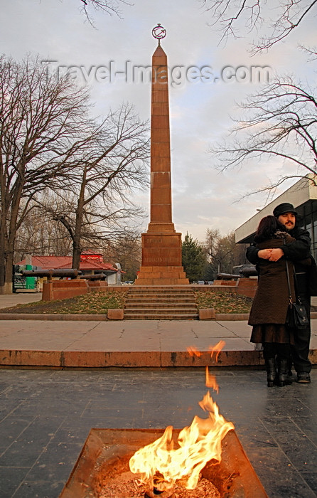 kyrgyzstan73: Bishkek, Kyrgyzstan: fire and love - couple at the Red Guards Memorial - Oak Park - red granite obelisk - grave of the Bolshevik casualties of the 1918 Belovodsk uprising - eternal flame - photo by M.Torres - (c) Travel-Images.com - Stock Photography agency - Image Bank