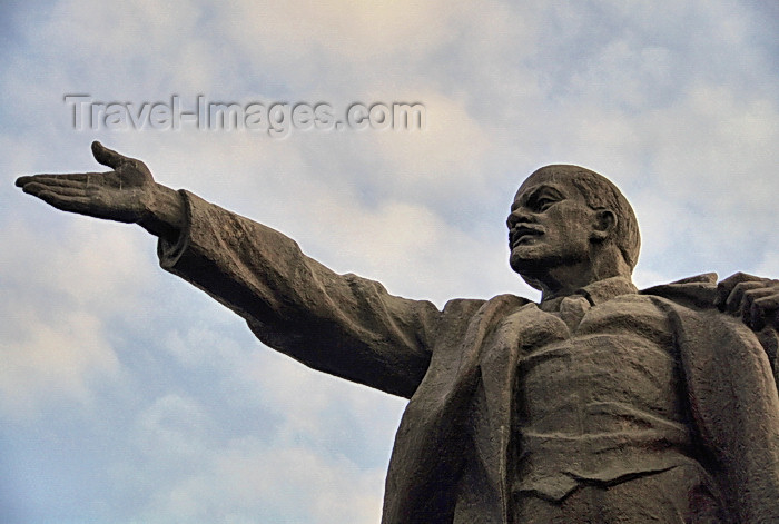 kyrgyzstan77: Bishkek, Kyrgyzstan: statue of Lenin - now behind the History Museu, after losing its place on Ala-Too square - photo by M.Torres - (c) Travel-Images.com - Stock Photography agency - Image Bank