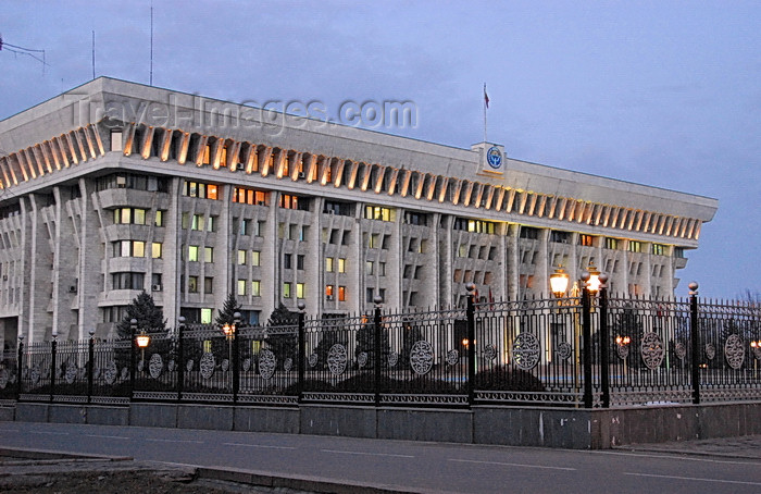 kyrgyzstan79: Bishkek, Kyrgyzstan: House of the Government - dusk - Chui avenue - photo by M.Torres - (c) Travel-Images.com - Stock Photography agency - Image Bank