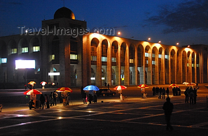 kyrgyzstan83: Bishkek, Kyrgyzstan: arcade and photographers - night on Ala-Too square, Chui avenue - photo by M.Torres - (c) Travel-Images.com - Stock Photography agency - Image Bank
