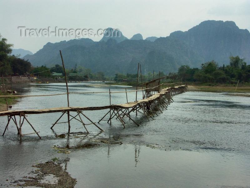 laos20: Laos - Vang Veing: makeshift bridge - Nam Song river - karstic hills - photo by P.Artus - (c) Travel-Images.com - Stock Photography agency - Image Bank