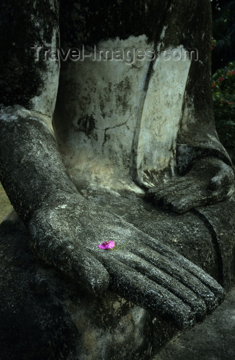 laos5: Laos - Vientiane: Xieng Khouan / Xieng Khuan Buddha Park - petal in Buddha's hand - religion - Buddhism (photo by Walter G Allgöwer) - Der Skupturenpark mit meterhohen Betonfiguren wurde 1958 von dem laotischen Künstler Boun Leua Soulilat erschaffen. Er v - (c) Travel-Images.com - Stock Photography agency - Image Bank