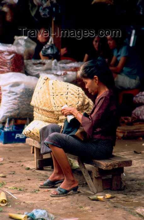 laos72: Laos - Vientiane - Woman looking for her money - morning market (photo by K.Strobel) - (c) Travel-Images.com - Stock Photography agency - Image Bank