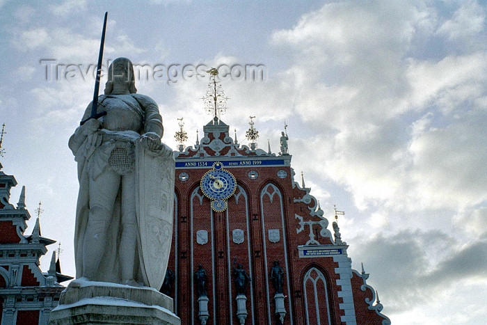 latvia285: Riga, Latvia: Saint Roland's Statue and the House of the Blackheads / Melngalvju Nams (photo by M.Bergsma) - (c) Travel-Images.com - Stock Photography agency - Image Bank