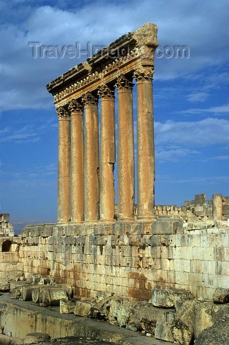lebanon11: Lebanon / Liban - Baalbek / Baalbak / Heliopolis: Temple of Jupiter - only six columns remain (photo by J.Wreford) - (c) Travel-Images.com - Stock Photography agency - Image Bank
