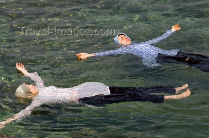 lebanon29: Lebanon / Liban - Beirut: girls floating - muslim girls in the sea, fully clothed (photo by J.Wreford) - (c) Travel-Images.com - Stock Photography agency - Image Bank