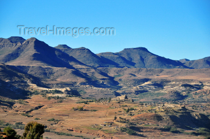 lesotho95: Roma area, Lesotho: amphiteather of mountains outside Roma - photo by M.Torres - (c) Travel-Images.com - Stock Photography agency - Image Bank