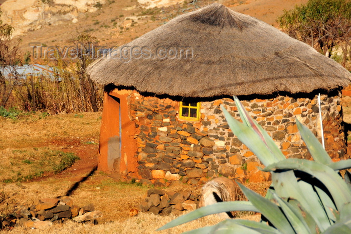 lesotho96: Roma area, Lesotho: Basotho hut - roundavel with thatched roof (from the Afrikaans word 'rondawel') - photo by M.Torres - (c) Travel-Images.com - Stock Photography agency - Image Bank