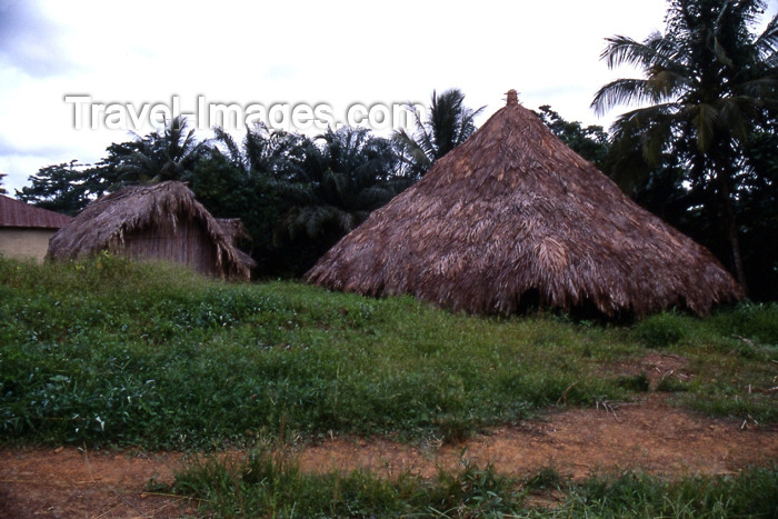 liberia38: Grand Bassa County, Liberia, West Africa: thatched roof huts - village scene - Africa - photo by M.Sturges - (c) Travel-Images.com - Stock Photography agency - Image Bank