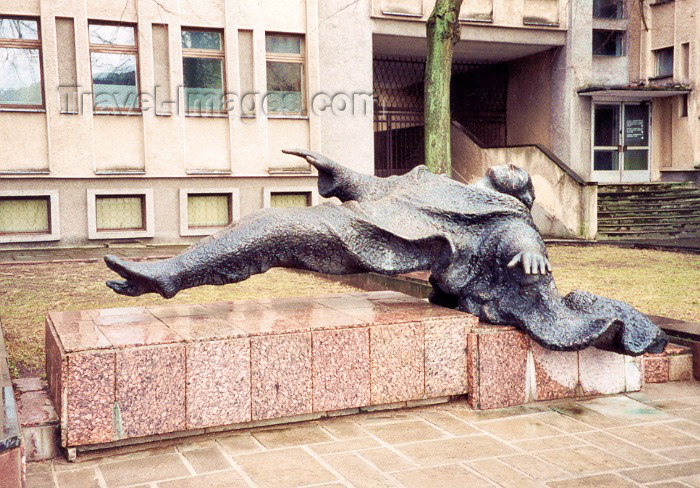 lithuan1: Lithuania - Kaunas / KUN : levitation - statue in Nepriklausomybes Aikste - photo by M.Torres - (c) Travel-Images.com - Stock Photography agency - Image Bank