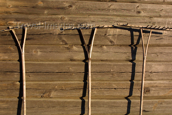 lithuan133: Lithuania - Kurpalaukis: wooden wall with agricultural tools - farm scene - Panevezys county - photo by A.Dnieprowsky - (c) Travel-Images.com - Stock Photography agency - Image Bank
