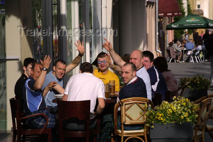 lithuania113: Lithuania - Vilnius: Scottish invasion - Scots on a bar - beer drinking - photo by A.Dnieprowsky - (c) Travel-Images.com - Stock Photography agency - Image Bank