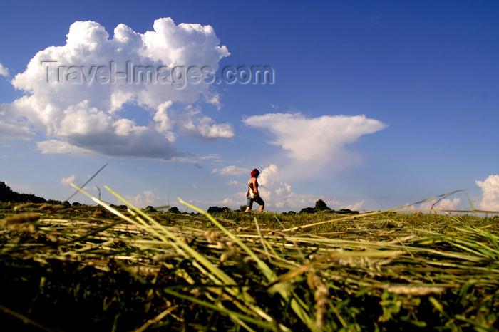 lithuania134: Lithuania - Kernave: walking on dry hay - Širvintu rajono savivaldybe, Vilniaus apskrityje - photo by Sandia - (c) Travel-Images.com - Stock Photography agency - Image Bank