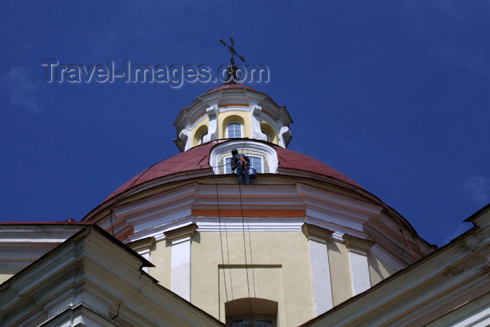 lithuania63: Lithuania - Vilnius: Baroque - Sts. Peter & Paul's Church - widow cleaning - the dome's drum - photo by A.Dnieprowsky - (c) Travel-Images.com - Stock Photography agency - Image Bank