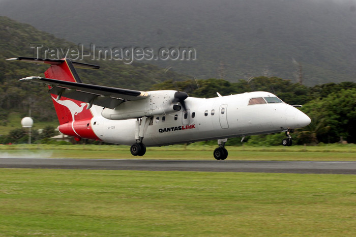 lord-howe2: Lord Howe island: QuantasLink aircraft landing at Lord How airport - LDH, De Havilland Canada DHC-8-202 Dash 8 - VH-TQS (cn 418) - aviation - photo by R.Eime - (c) Travel-Images.com - Stock Photography agency - Image Bank