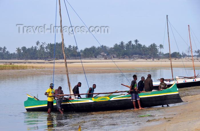 madagascar118: Morondava - Menabe, Toliara province, Madagascar: fishermen bring their boats to shore - Nosy Kely peninsula - photo by M.Torres - (c) Travel-Images.com - Stock Photography agency - Image Bank