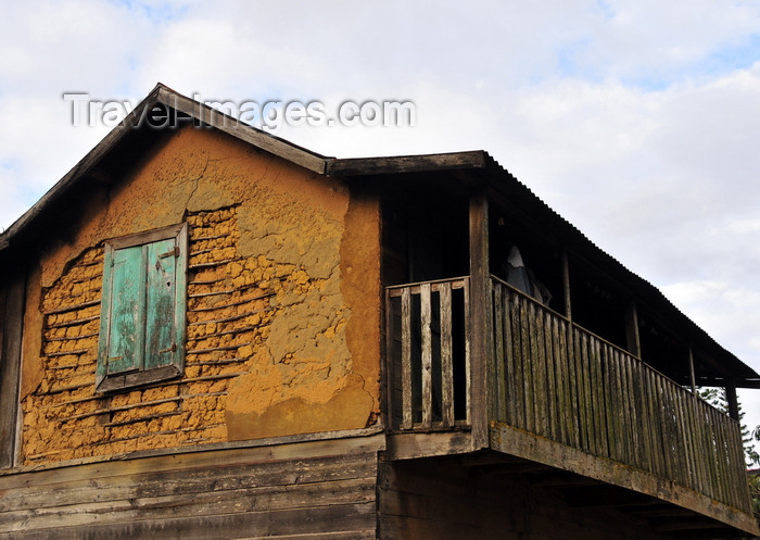 madagascar126: Andasibe, Alaotra-Mangoro, Toamasina Province, Madagascar: old house with walls of mud and wood - photo by M.Torres - (c) Travel-Images.com - Stock Photography agency - Image Bank