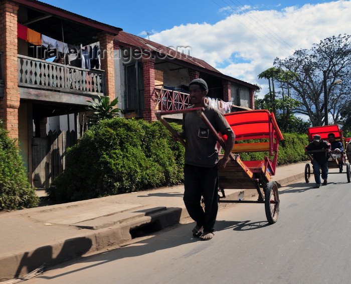 madagascar136: Moramanga, Alaotra-Mangoro, Toamasina Province, Madagascar: rickshaws are the favourite form of transportation - runners - pousse-pousse - photo by M.Torres - (c) Travel-Images.com - Stock Photography agency - Image Bank