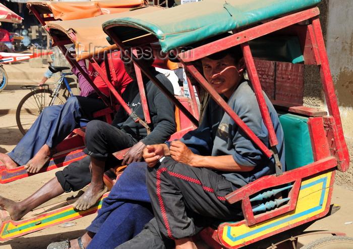 madagascar138: Moramanga, Alaotra-Mangoro, Toamasina Province, Madagascar:  rickshaw 'drivers' wait for clients - pousse-pousse - rikisha - photo by M.Torres - (c) Travel-Images.com - Stock Photography agency - Image Bank