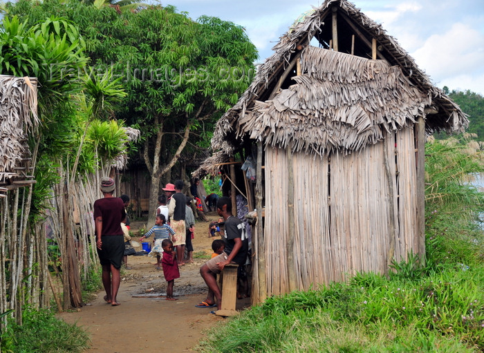 madagascar148: Soanierana Ivongo, Analanjirofo, Toamasina Province, Madagascar: huts and people - photo by M.Torres - (c) Travel-Images.com - Stock Photography agency - Image Bank