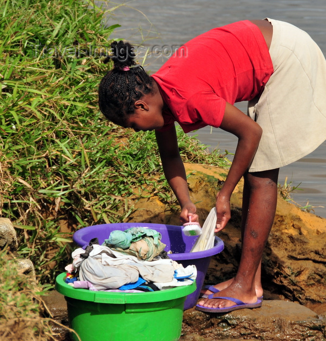 madagascar151: Soanierana Ivongo, Analanjirofo, Toamasina Province, Madagascar: woman washing clothes by the river  - photo by M.Torres - (c) Travel-Images.com - Stock Photography agency - Image Bank