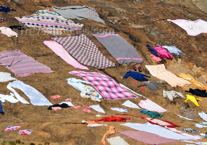madagascar158: RN2, Alaotra-Mangoro region, Toamasina Province, Madagascar: clothes dry on the warm rock surface - photo by M.Torres - (c) Travel-Images.com - Stock Photography agency - Image Bank