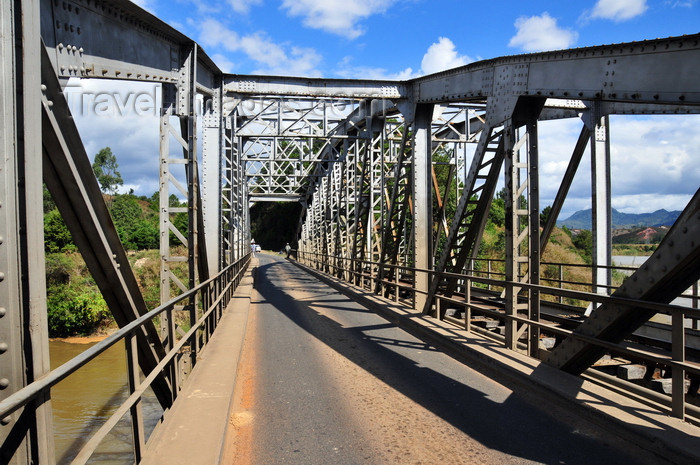 madagascar167: RN2, Marovitsika, Alaotra-Mangoro region, Toamasina Province, Madagascar: bridge over the river Mangoro - steel truss - structural engineering - photo by M.Torres - (c) Travel-Images.com - Stock Photography agency - Image Bank