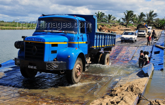 madagascar183: RN5, Ambodibonara, Atsinanana region, Toamasina Province, Madagascar: floating bridge over the River Onibe - Renault truck tests the limits of the pontoon bridge - photo by M.Torres - (c) Travel-Images.com - Stock Photography agency - Image Bank