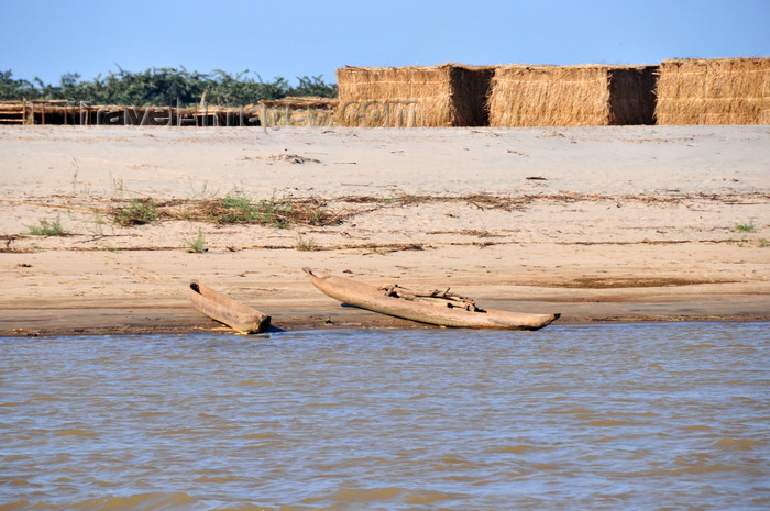 madagascar215: Belo sur Tsiribihina, Menabe Region, Toliara Province, Madagascar: straw huts of a ceremonial village and dugout canoes - river Tsiribihina - beach - photo by M.Torres - (c) Travel-Images.com - Stock Photography agency - Image Bank