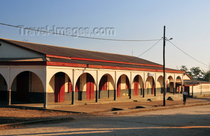 madagascar220: Belo sur Tsiribihina, Menabe Region, Toliara Province, Madagascar: Belon'i Tsiribihina school on the main street - photo by M.Torres - (c) Travel-Images.com - Stock Photography agency - Image Bank