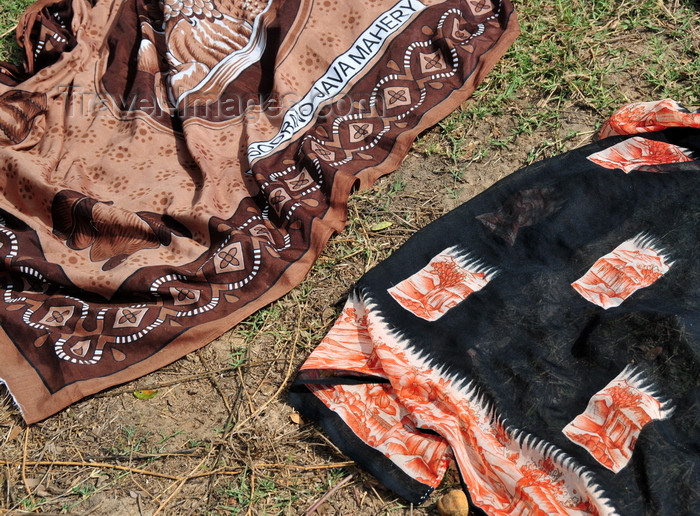 madagascar224: Tsimafana, Belo sur Tsiribihina,  Menabe Region, Toliara Province, Madagascar: pareos drying on the ground - photo by M.Torres - (c) Travel-Images.com - Stock Photography agency - Image Bank