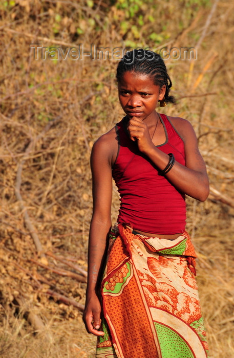 madagascar246: West coast road between the Tsiribihina river and Alley of the Baobabs, Toliara Province, Madagascar: worried girl - Sakalava - photo by M.Torres - (c) Travel-Images.com - Stock Photography agency - Image Bank
