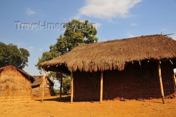 madagascar247: West coast road between the Manambolo river and Belon'i Tsiribihina, Toliara Province, Madagascar: village houses built with mud, wood and straw - photo by M.Torres - (c) Travel-Images.com - Stock Photography agency - Image Bank