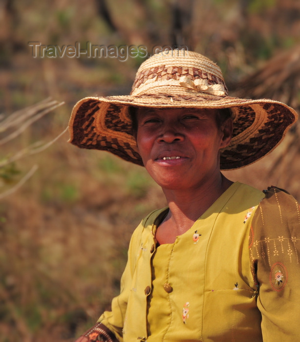 madagascar252: West coast road between the Manambolo river and Belon'i Tsiribihina, Toliara Province, Madagascar: woman with raffia hat - photo by M.Torres - (c) Travel-Images.com - Stock Photography agency - Image Bank