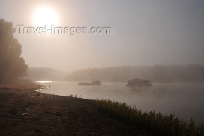 madagascar268: Bekopaka, Antsalova district, Melaky region, Mahajanga province, Madagascar: morning mist - sun rises over the Manambolo River - photo by M.Torres - (c) Travel-Images.com - Stock Photography agency - Image Bank