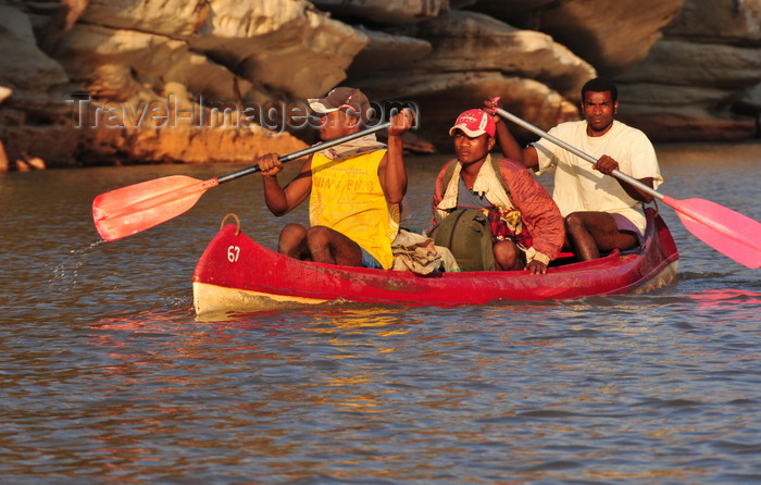 madagascar285: Antsalova district, Melaky region, Mahajanga province, Madagascar: Manambolo River - men paddling downstream - photo by M.Torres - (c) Travel-Images.com - Stock Photography agency - Image Bank