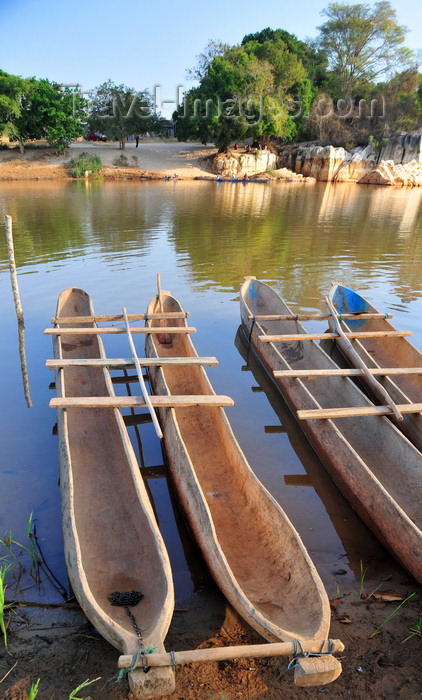 madagascar295: Bekopaka, Antsalova district, Melaky region, Mahajanga province, Madagascar: double dugout canoes on the south bank of the Manambolo River - photo by M.Torres - (c) Travel-Images.com - Stock Photography agency - Image Bank